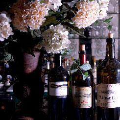 Blumen und Weinflaschen